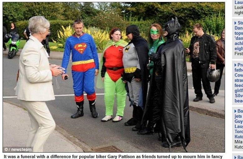 Ao invés de usar a tradicional roupa preta, o motociclista Gary Pattison pediu aos seus amigos que fossem fantasiados de super-heróis, animais e, até mesmo, de suas comidas favoritas, no dia em que ele morresse. As informações são do site Daily Mail deste domingo (29)Barbie humana choca internet ao postar foto íntima!