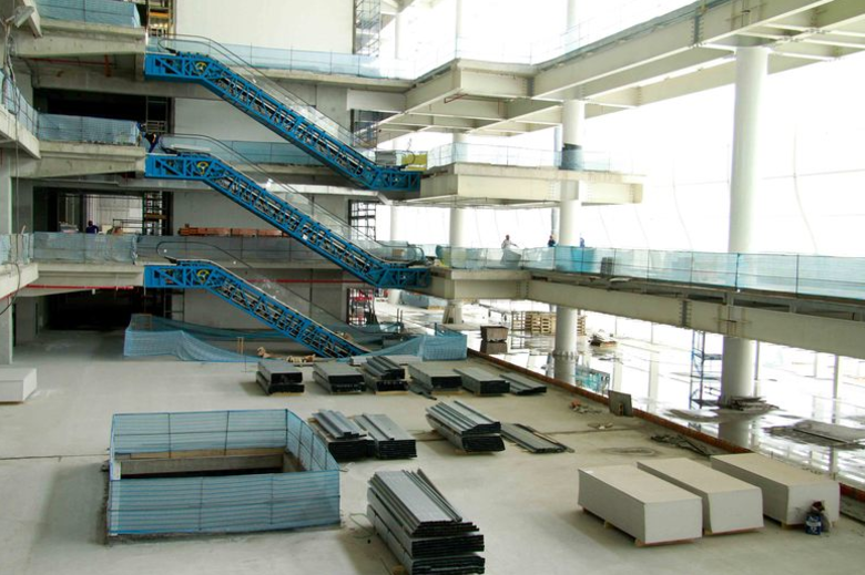 ...E o estádio do Timão contará com 89 camarotes para 1.414 pessoas. Escadas rolantes também estão presentes em ambos os estádios