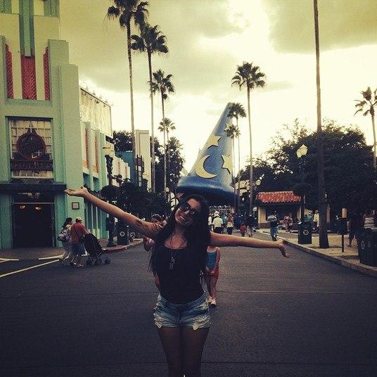 Anitta fez uma viagem rápida e turbulenta aos Estados Unidos. A funkeira foi para Orlando fazer um show e aproveitou para curtir, mas acabou causando várias polêmicas. Veja na sequência!