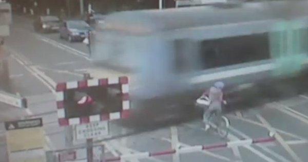 Ciclista escapa de atropelamento de trem por um triz - Notícias - R7 ...