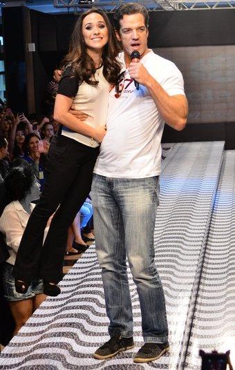 Carlos Machado brincou com a altura de Tatá Werneck durante os desfiles do Maringá Fashion Mix, no domingo (06), no Paraná. Ela, que tem 1.52m, foi erguida pelo companheiro de Amor à Vida
