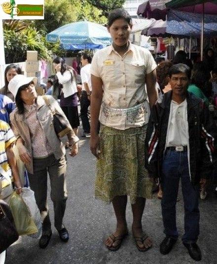 A oriental até se assusta com o tamanho da moça