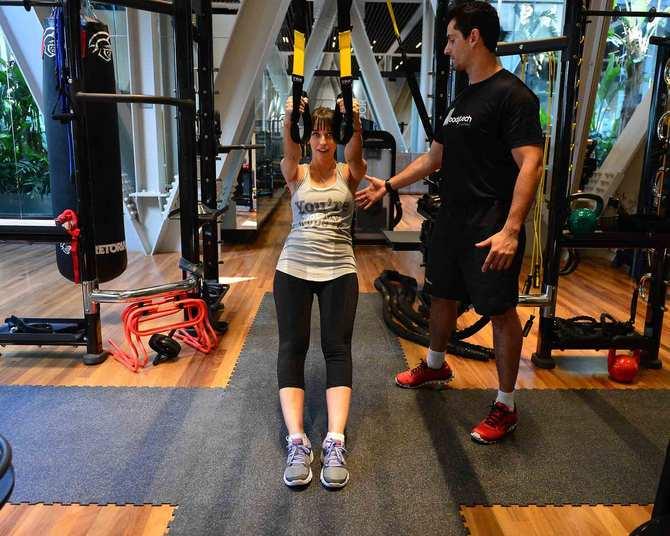 A segunda série é o treinamento suspenso, em um aparelho chamado TRX. Nesta parte, trabalhamos as costas e os braços. Quanto mais o aluno ficar inclinado com as pernas para a frente, mais força se faz, e é aí que o bicho pega para os sedentários