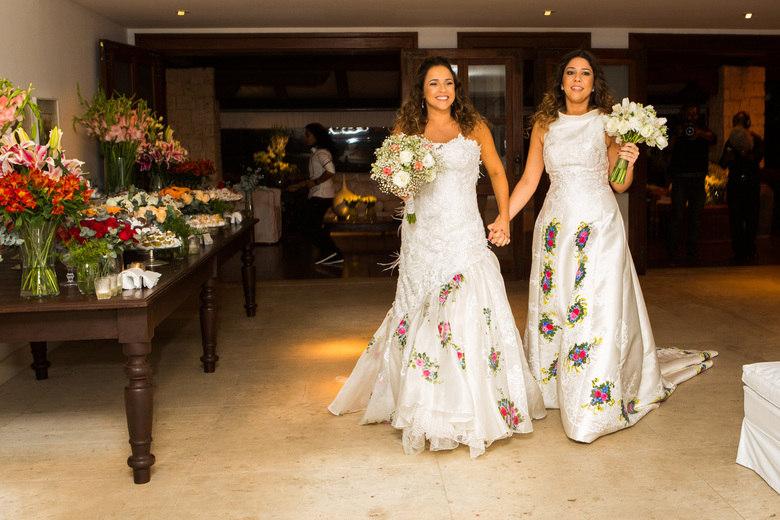 A cantora Daniela Mercury e a jornalista Malu Verçosa se casaram neste sábado (12). A cerimônia foi realizada na casa das duas, no condomínio Costa Verde, em Patamares, área nobre de Salvador
