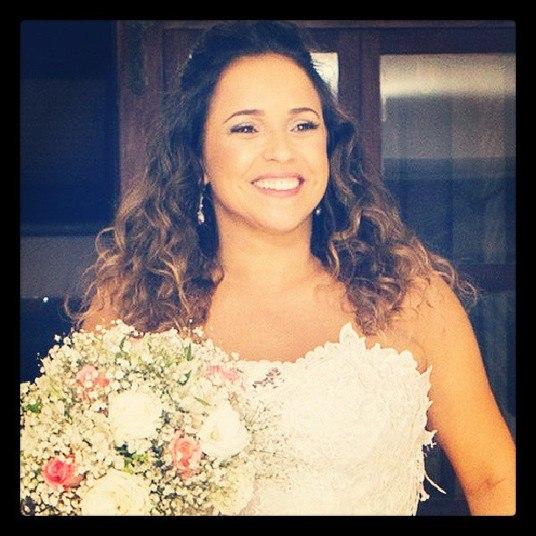 As noivas estavam deslumbrantes em vestidos feitos pelo artista plástico IuriSarmento, que criou uma estampa deflores exclusiva para elas. O trabalho foi pintado à mão em cada vestido