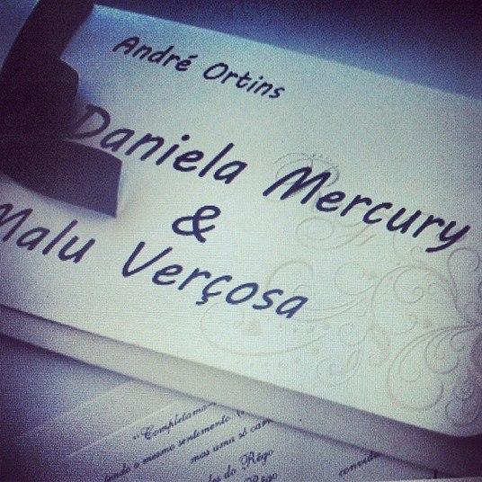 Um dos convidados registrou também o convite simples e delicado do casamento.Os pais de Daniela Mercury e Malu Verçosa sentaram lado a lado na primeira fila e acompanharam de perto a cerimônia. Tímidos, eles se emocionaram ao assistirem as filhas no altar.