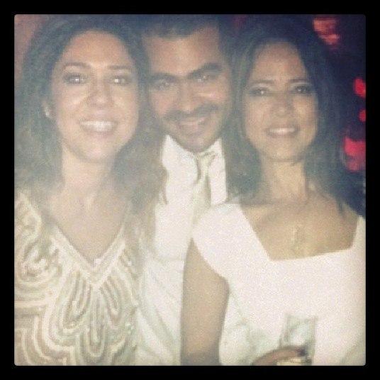 Na imagem, Malu aparece já na festa ao lado de seus padrinhos, o empresário Cristiano Saback e a jornalista Adriana Quadros, que divulgou a foto.— Celebrando o amor! Meus amigos, meus amores!