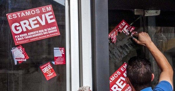 Bancários rejeitam reajuste de 8,75% e decidem continuar greve ...
