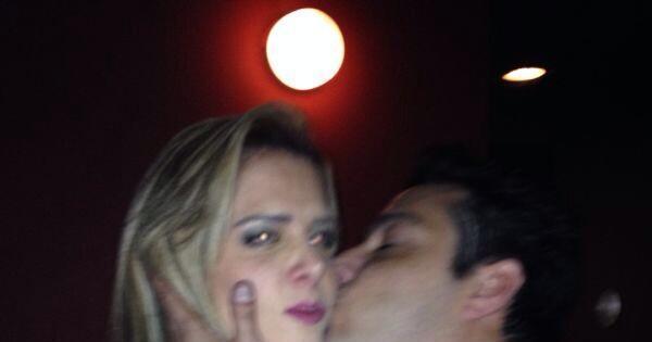 Denise Rocha e Márcio Duarte trocam carinhos em posto de ...