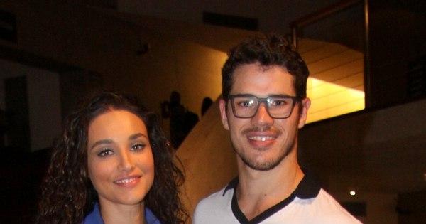 Com look transparente, Débora Nascimento vai ao teatro com José ...
