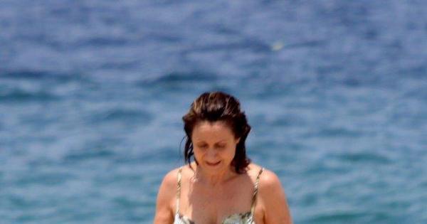 Zezé Polessa passeia toda de branco e cai na água - Fotos - R7 ...