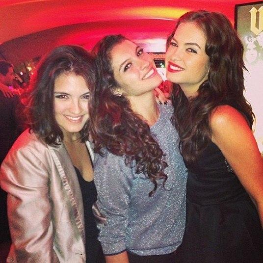 Essas três também são atrizes e irmãs! Estrela, Ana Terra e Lua Blanco fazem sucesso na TV e no teatro. Muitas pessoas se surpreendem ao descobrirem que as gatas teens são irmãs