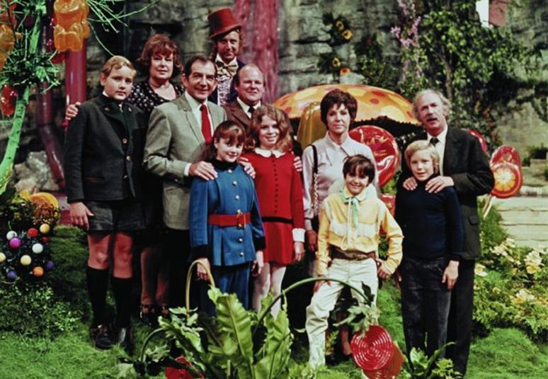 A Fantástica Fábrica de Chocolate chegou aos cinemas pela primeira vez em 1971. A clássica trama é uma adaptação do livro de Roald Dahl, publicado em 1964. O filme marcou a vida de muitas gerações, que até hoje se lembram dos personagens. O que talvez você ainda não tenha se dado conta é que as crianças que estrelaram o filme já não mais as mesmas. Confira nas próximas fotos