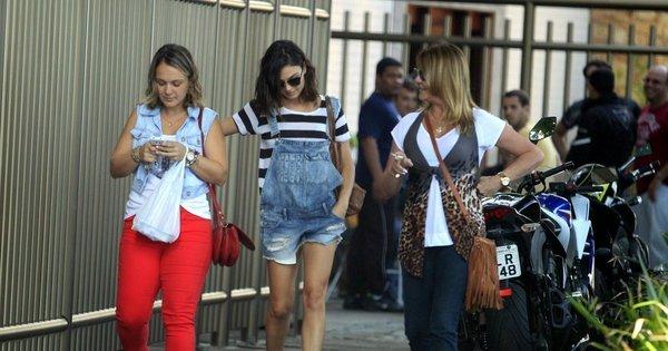 Ísis Valverde e Giovanna Antonelli se encontram em shopping ...