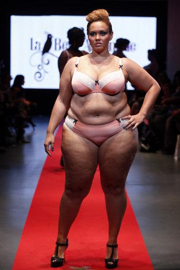 Modelo apresenta a criação da grife francesa La belle affranchie durante a primeira semana de moda de plus size em Paris