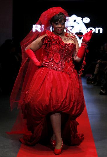 Na foto acima, uma das modelos negras escolhidas para o desfile deMaryse Richardson mostra um dos vestidos semelhante ao de uma noiva, incluso na coleção