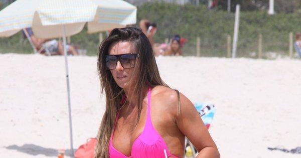 Com corpaço de dar inveja, Nicole Bahls toma banho de mar - Fotos ...