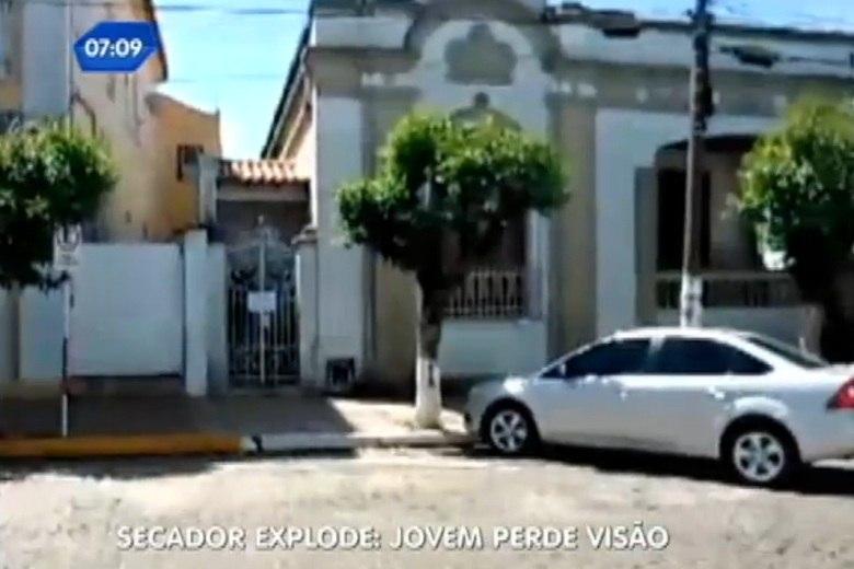 A jovem trabalha como secretária em um consultório que fica no centro de Rio Pardo. No início da tarde de terça-feira (5), uma encomenda foi entregue no prédio, endereçada para a namorada do médico