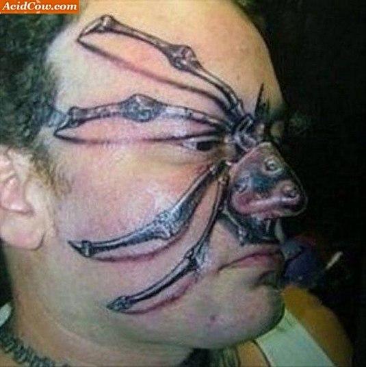 É lógico que gosto cada um tem o seu, ninguém aqui em Esquisitices quer dizer o contrário. Também amamos tatuagens, até temos várias. Mas, cá entre nós, você faria uma aranha no meio da sua cara? Bom, se você topasse, você seria esquisito. E na moral? A gente ama gente esquisita, tanto que trabalhamos com isso. O problema todo é que algumas tatuagens aqui, não são só esquisitas, elas são BEM FEIAS. Sério, dá uma olhada nas amostras...
