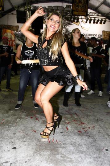Sua irmã, Ana Paula, nunca se sentiu completamente satisfeita com o corpo no Carnaval, mas aposta que em 2014 será diferente. Ela diz que não vê muita diferença no corpo. 'Quero ver minha bunda crescer, minha barriga secar e minha perna definir', explica