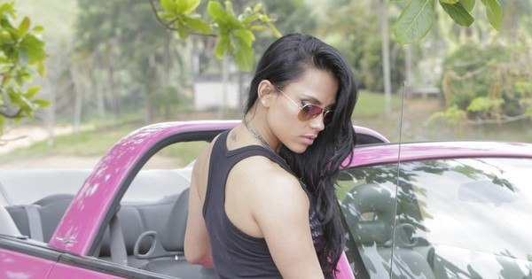 Penélope Charmosa, ex-BBB Kelly Medeiros fotografa em carro rosa