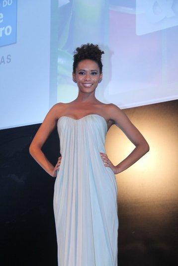 Taís Araújo apareceu com um vestido branco longo na entrega do prêmio Comer & Beber da Paz, promovido pela revista Veja Rio, na noite de quarta-feira (13)
