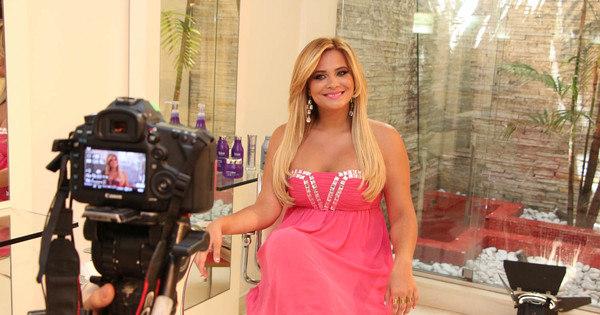 De volta ao passado? Geisy Arruda tira vestido rosa do armário ...
