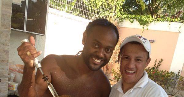 De férias no Brasil, Vagner Love curte churrasco com os amigos ...