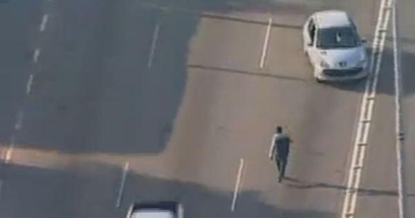 """Flagra: homem desafia motoristas e """"passeia"""" entre os carros na ..."""