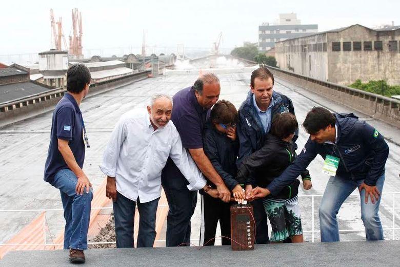 O prefeito Eduardo Paes, o vice Adilson Pires e o vice-governador Luiz Fernando Pezão ajudaram a detonar 1,2 tonelada de dinamites
