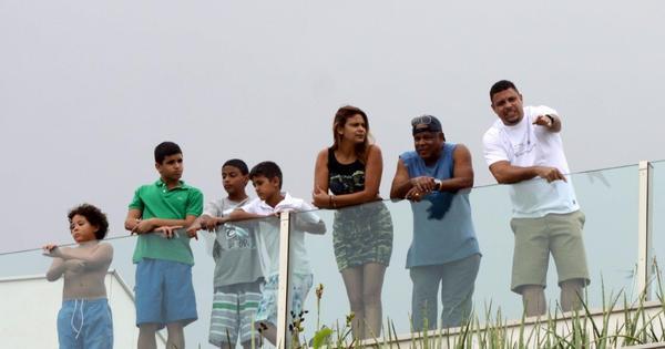 Ronaldo junta família em cobertura, mas vê dia nublado - Fotos - R7 ...