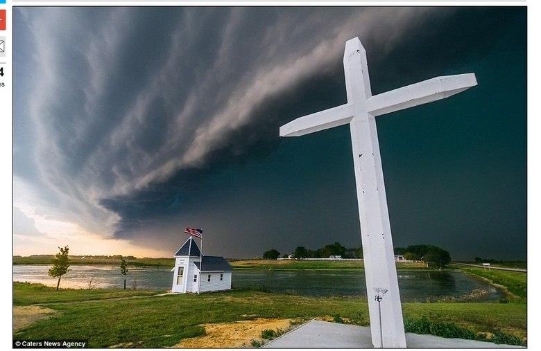 Essa é uma tempestade ameaçadora em Watertown, Dakota do Sul. Registrar tornados é uma prática muito comum,Mitch Dobrowner faz o mesmo!