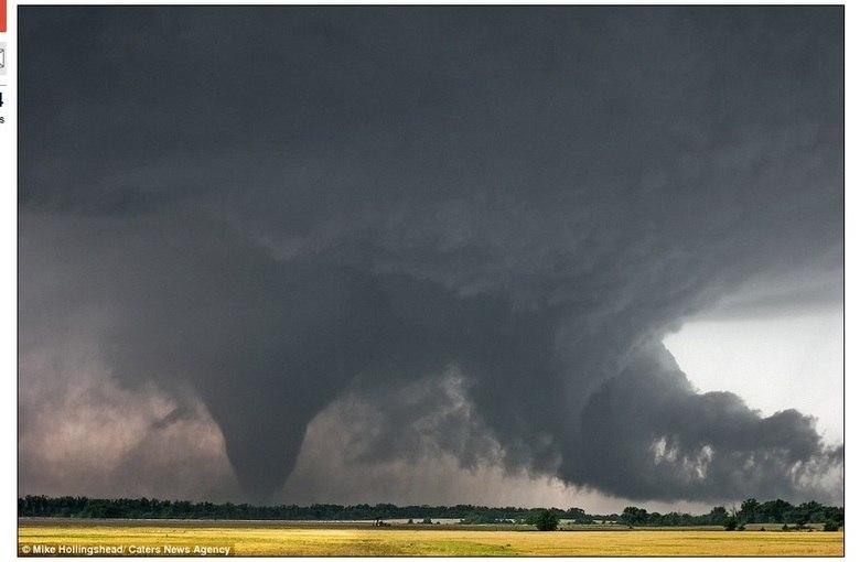 O fotógrafo utiliza radar via internet, para saber o espaço que ele precisa ficar distante dos tornados, afinal alguns tornados podem jogar a pessoa para o mais longe! Essa imagem de Hill City, no Kansas, foi tirada em 2005