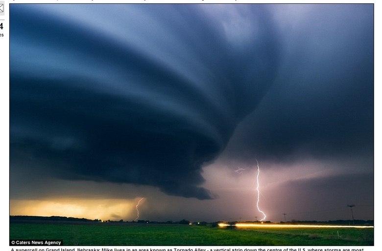 Tempestade em Chamberlain, Dakota do Sul, está entre uma série de cenas capturadas por Hollingshead desde que ele começou a perseguir tempestades em 1999