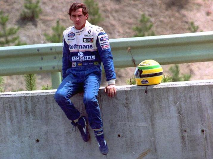 O fim de semana já não havia começado nada bem para a Fórmula 1. Rubens Barrichello escapou em uma curva e se chocou violentamente contra o muro. Como se não bastasse, o austríaco Roland Ratzenberger morreu ainda nos treinos livres