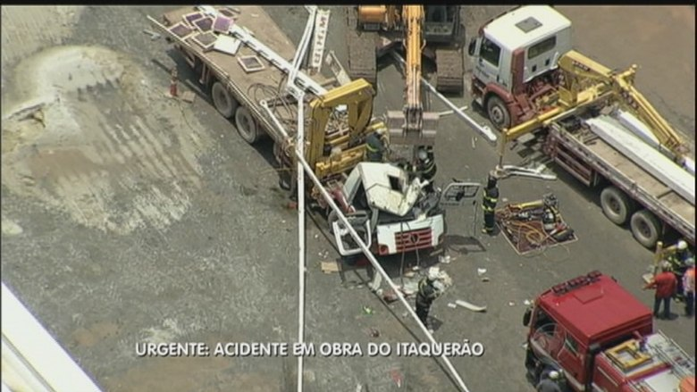 Uma das vítimas do acidente que morreram estava em um dos caminhões que auxiliavam nas obras do estádio. O lado do motorista da cabine foi atingido por uma estrutura metálica