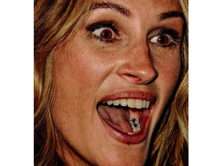 Olhem que flagraJulia Robertsteve que encarar! Os fotógrafos conseguiram mostrar por seus cliques dois pontos pretos — gigantes — nos dentes da atriz. O que será que ela pensou quando viu esta imagem?