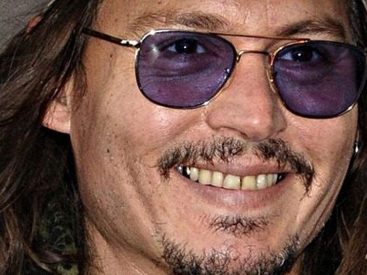 O ator Johnny Deep, que faz o público feminino rir com a sagaOs Piratas do Caribe, não cuida muito dos dentes. Além de amarelos, eles não chamam a atenção de ninguém pela beleza
