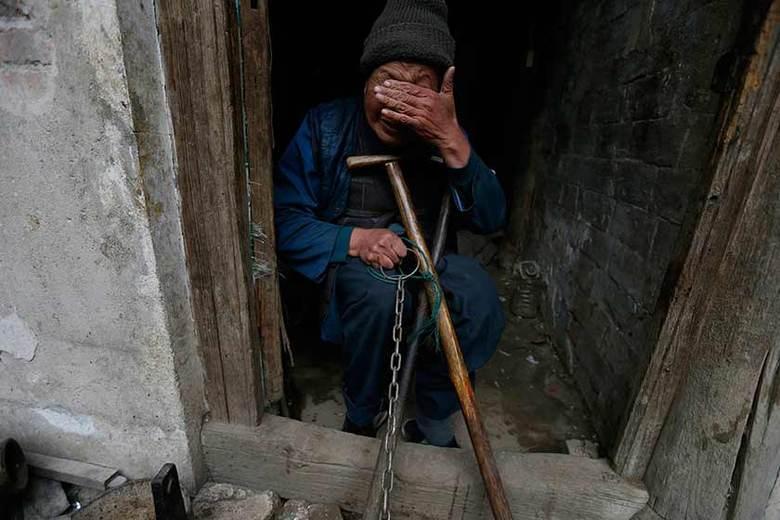 Dados do Centro Nacional de Saúde Mental da China referentes  a 2009 mostram que mais de 100 milhões de chineses sofrem de problemas mentais  no país. O que indica que 1 a cada 13 chineses enfrenta esse problemaConheça outras histórias de chineses que vivem acorrentados ou em grutas