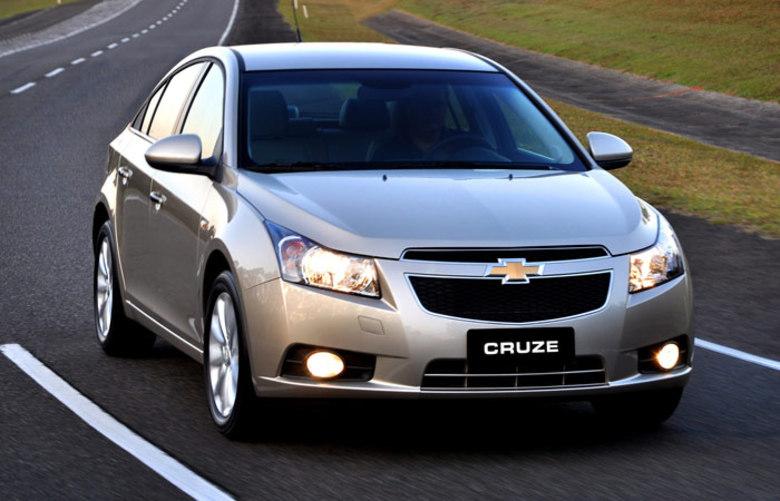 CHEVROLET CRUZE SEDANPreço no Brasil: R$ 72.090Preço nos EUA: R$ 40.891 (US$ 17.520)Variação: +76%Saiba tudo sobre carros! AcesseR7.com/carros