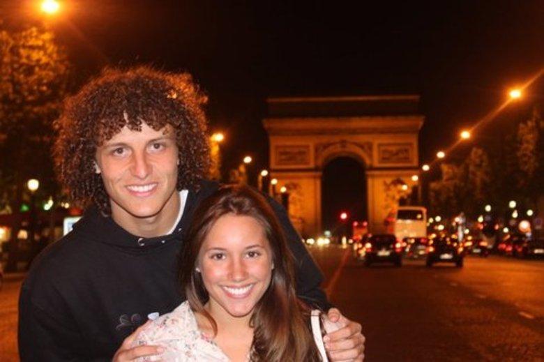Nem em Paris, o casalse desgruda... Parece que a paixão de David Luiz e Sara é realmenteverdadeiro