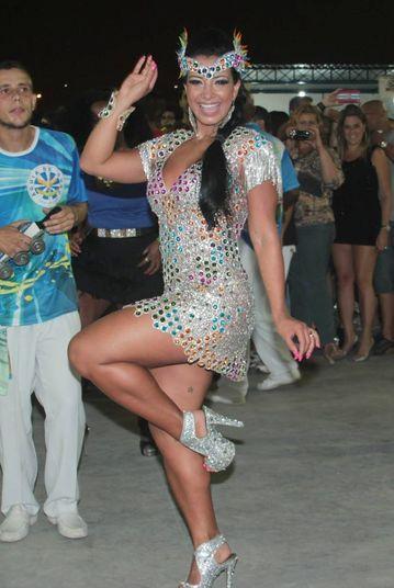 Cinthia Santos já começou querendo estar com tudo em cima para a vinheta da escola de samba que foi gravada em novembro de 2013. Mas se engana quem pensa que ela aposta em um treino pesado.—Acho que ficar com um corpo bombadão, para mim, não é tão bacana