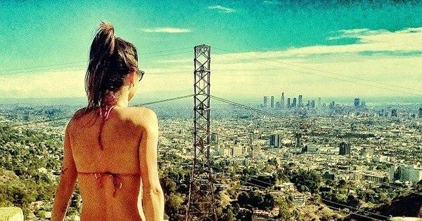 De biquíni, Thaila Ayala posa em cartão postal dos EUA ...