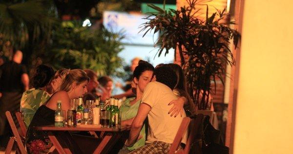 Fernanda Paes Leme é vista aos beijos com humorista - Fotos - R7 ...