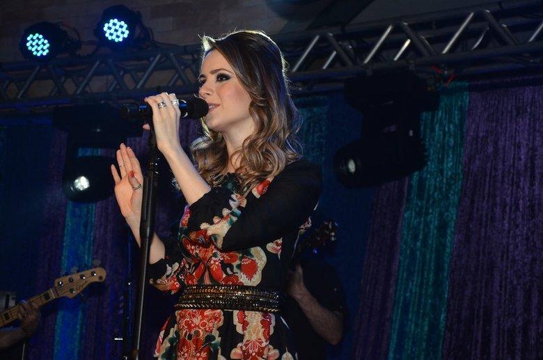 Com os pais na plateia, Sandy apresentou as músicas de seu segundo álbum solo, Sim