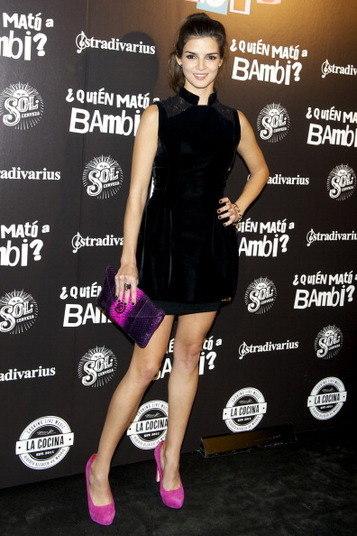 A atriz espanhola Clara Lago mostrou como usar a cor de forma pontual no look