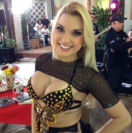Aos 27 anos, a dançarina é de São Paulo e faz trabalhos fotográficos quando não está dançando atrás do sertanejo no palco