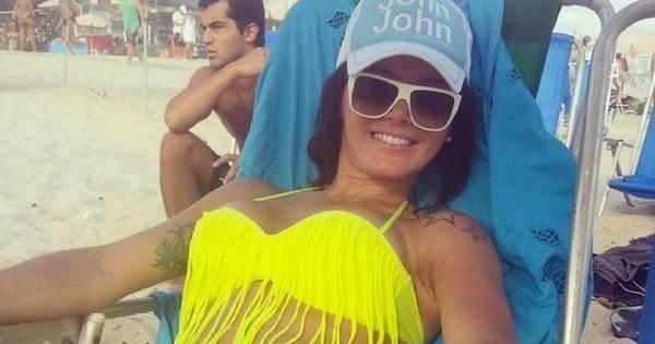 """Após escândalo de Romário, Thalita posa de biquíni e diz: """"Vivendo ..."""
