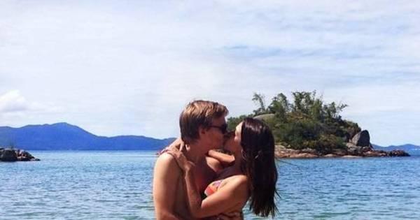 "De férias, Michel Teló beija Thaís Fersoza e se declara: "" Só love, só ..."
