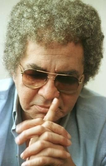 Morreu, nesta sexta-feira (20), o cantor Reginaldo Rossi aos 69 anos. A informação foi confirmada pelo médico do cantor, Iran Costa, para a TV Clube, afiliada da Rede Record de Pernambuco.Internado desde o fim de novembro no Hospital Memorial São José, em Recife, Pernambuco, o cantor descobriu um câncer no pulmão